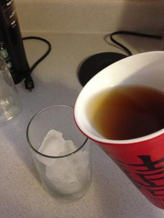 Usted puede verter el té en una taza de hielo inmediatamente o poner en el congelador durante 10 minutos para que se enfríe.