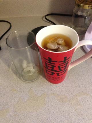 Ta-da! Té helado sin azúcar. Usted puede hacer una más pase hielo si usted lo desea, pero si no, disfrutar!