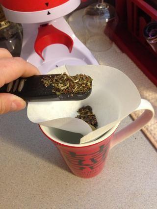 Ponga un filtro de café alrededor del borde o utilizar una bola de té. Poner las medidas recomendadas para su té a granel para el té helado. Desde que estoy mezclando, hice 1 cucharadita de oolong chai y 1 1/2 cucharadita de mate chai.