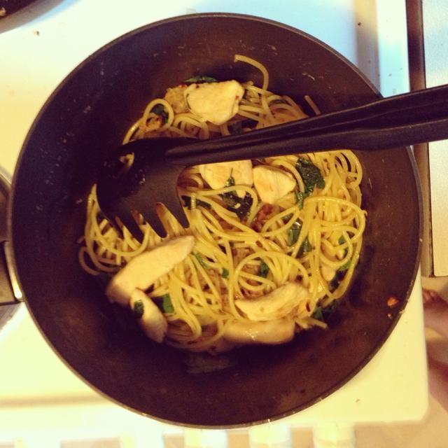 Mezcle través de pasta y pollo con hierbas de verano, aceite de oliva y guindilla al gusto.