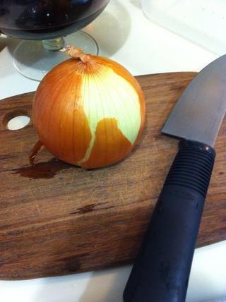 Retire las capas externas de la cebolla media