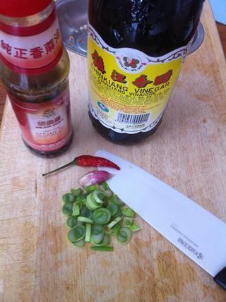 Ahora necesitan sabor. Picar un diente de ajo, un pimiento chile y la parte blanca de 2-3 cebolletas.