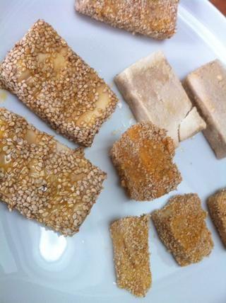 Obtener desordenado. Escudo de la rebanada de tofu con almidón de maíz, a continuación, tire de ella a través del huevo batido y el abrigo en el sector con las migas de pan o semillas de sésamo.