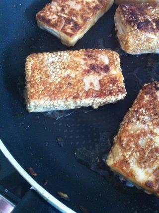 Asar el tofu (en aceite) hasta que estén doradas.
