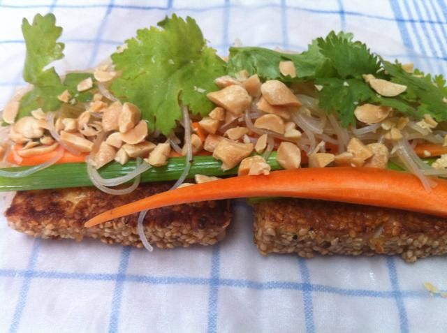 Sea creativo. Ponga el tofu, fideos, rodajas de zanahorias, rodajas de cebollas de primavera (parte verde), maní picado y el cilantro en las envolturas de arroz. Asegúrese de que tiene suficiente espacio dejó de rodar de manera adecuada.