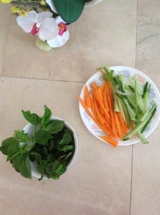 Lave las verduras y herbs- cortar las zanahorias y pepinos.