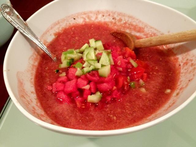 Pepino, tomate, sandía cortada en cuadritos, en el puré, mezclar bien. Refrigere durante 1 hora.