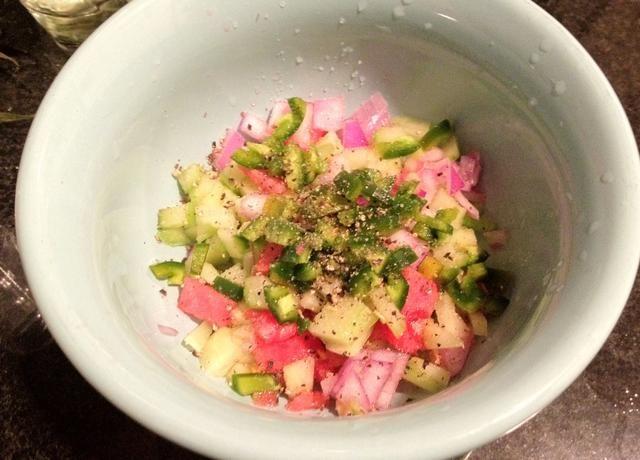 Picar un poco de pepino, cebolla, chile jalapeño. Marinar con jugo de limón, sal y pimienta.
