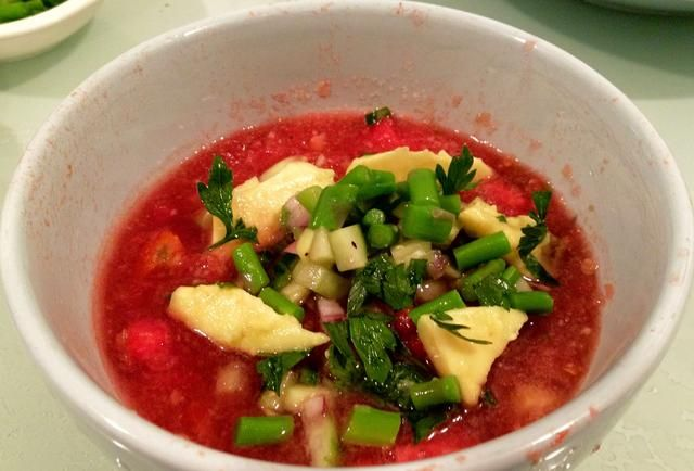 Añadir cualquier ingredientes que te gustan antes de servir: trocitos de pan, carne de cangrejo, camarón cocido, etc. Refrescante! ??????