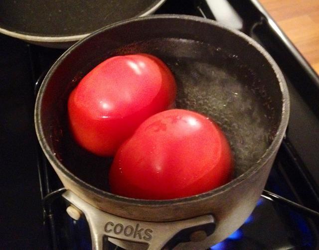 Hierva agua en una olla. Añadir los tomates y hervir durante 30 segundos.