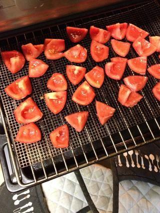 Colocar en la bandeja para hornear o plataforma de apoyo y poner en el horno. El cabo de secado debe tomar alrededor de 10 a 15 horas en ese calor.
