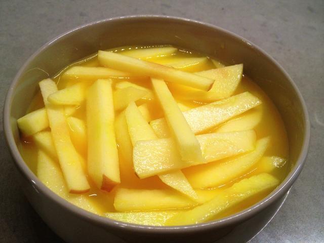 Asegúrese de que el jugo cubre las manzanas, y refrigere hasta que esté listo para usarlos.