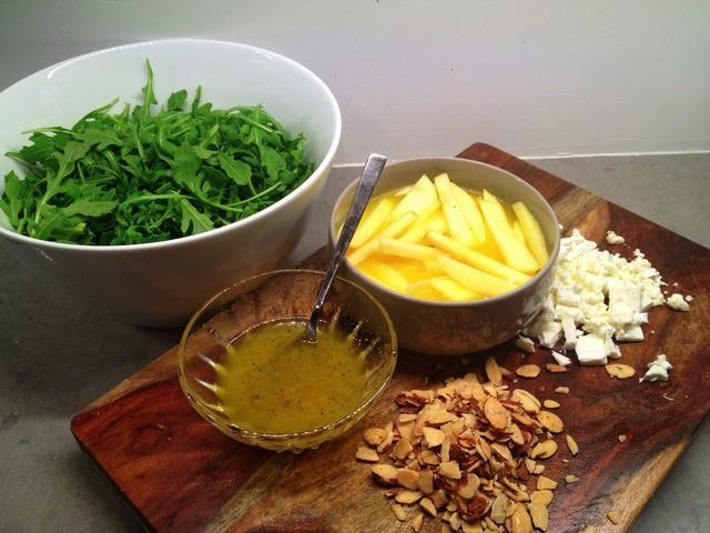 Rough chop sus almendras Marcona (se puede sub almendras tostadas o asadas miel slivered) y ahora todos los ingredientes están listos ... (¡Prepárate para delicia !!!)