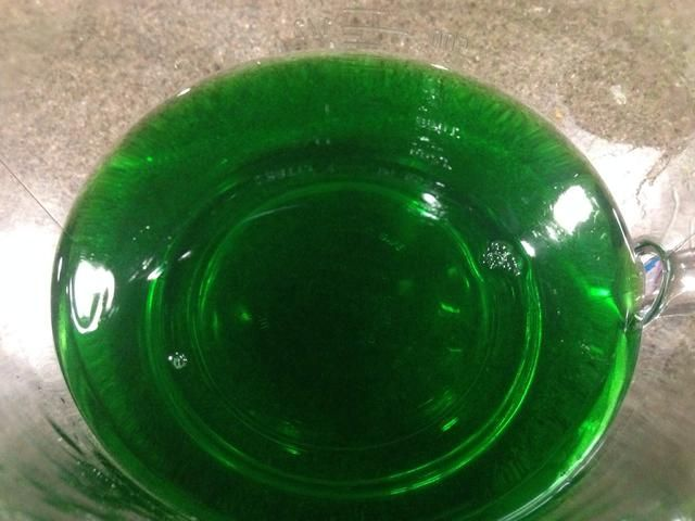 El calor del agua 1c en el microondas recipiente apto para 2,5-3 minutos. Batir en gelatina de limón hasta que se disuelva. Revuelva en vodka helada 1c, entonces - lo has adivinado! Vierta cantidades iguales a la mitad de las tazas y frío hasta que esté firme.