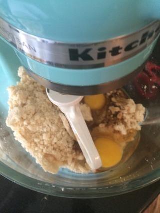Agregar la vainilla y los huevos hasta que quede suave.