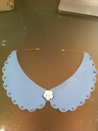 Mentira plana su collar ganado't do up, this is natural it's because the necklace is going around a curved neck!