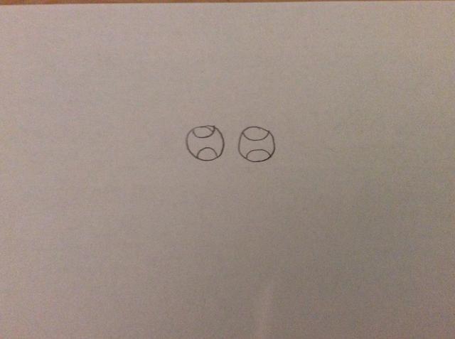 Luego dibuja una especie de media luna redonda sobre la parte superior y la parte inferior de cada círculo ojo. Como se muestra que la foto de arriba.