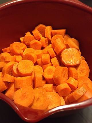 Luego picar las zanahorias como tal.