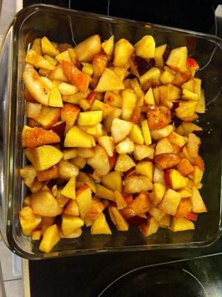 Coloque la mezcla de la fruta en la parte inferior de un molde cuadrado engrasado
