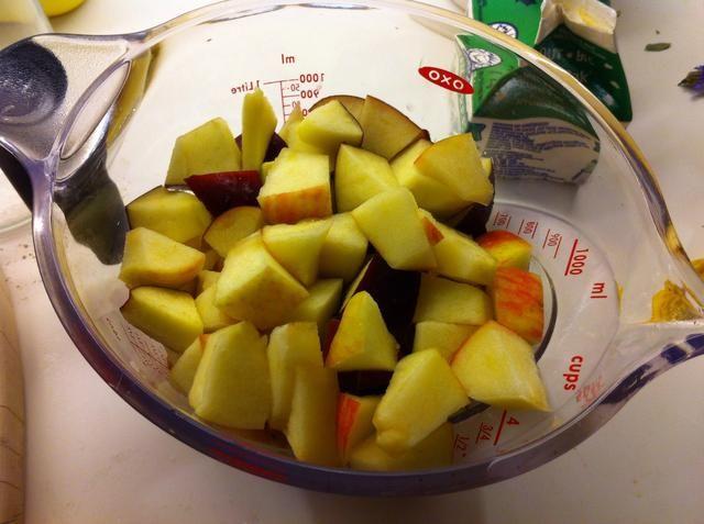Cortar las manzanas y las peras en trozos pequeños (= aproximadamente 2 manzanas pequeñas y 2 pequeñas peras)