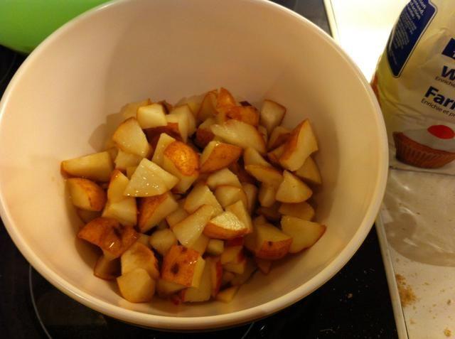 Poner los trozos de manzana y pera en un recipiente aparte