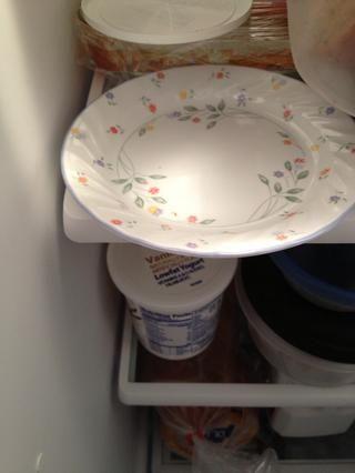 Coloque un plato en el refrigerador.