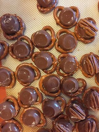 Coloque un rolo en cada pretzel. Caliente el horno a 350 grados Pre Fahrenheit. Coloque la bandeja en el horno y derretir el chocolate durante 3 minutos. (Don't over melt!)