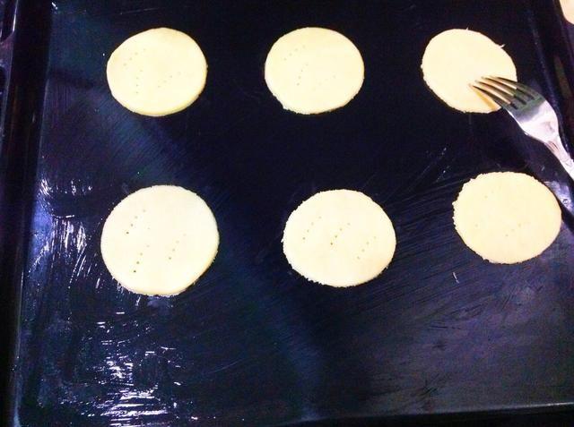 Luego colocarlos todos en una bandeja para hornear (también muy bien engrasado) y pinchar con un tenedor. Hornear durante 8-10 minutos y una vez hecho, transferirlos a una rejilla y dejar enfriar durante 5-10 minutos.