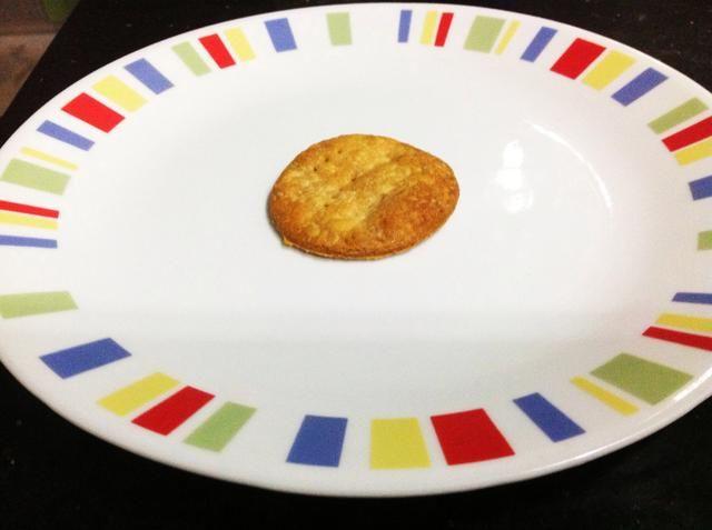 Ahora, para montar! Ponga la corteza de pastel en un plato.
