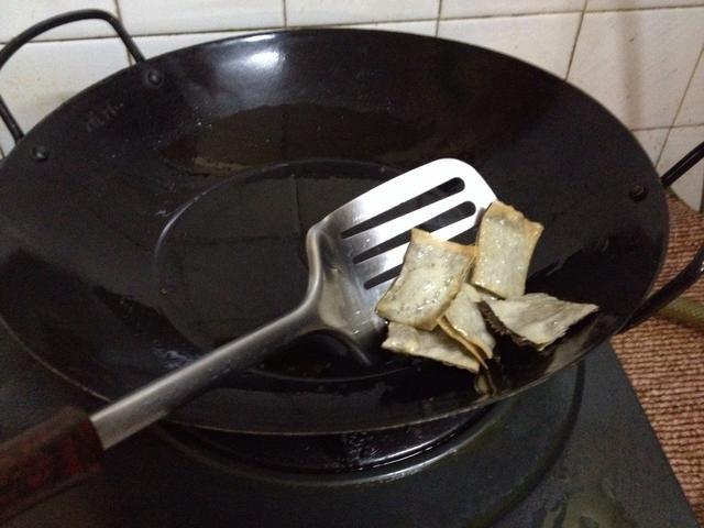 Las patatas fritas se hacen en + -10sec. Escurrir el aceite y colocar en una rejilla de alambre forrado con papel de cocina para absorber el exceso de aceite