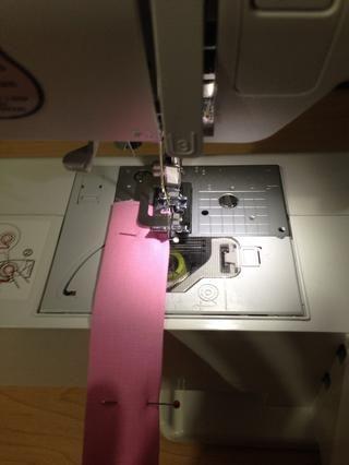 Hacer una costura estrecha, pespuntes en cada extremo, en ambos lados de la correa. Al hacer un dobladillo estrecho en ambos lados que le da un aspecto profesional.