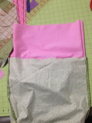 Con los derechos frente al otro inserto en la bolsa que recubre coincidir las costuras laterales.