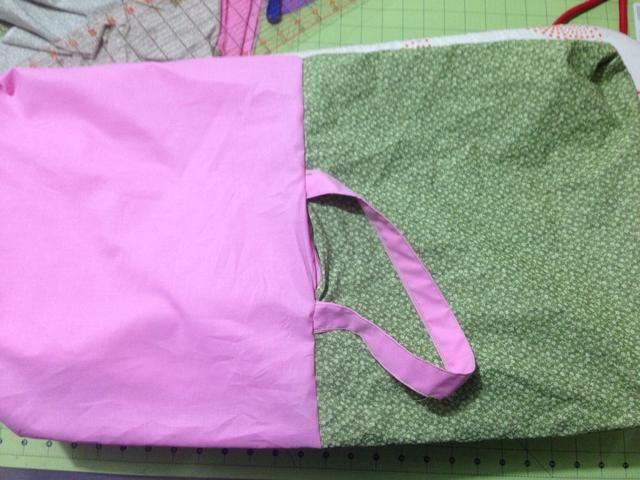 Ver ahora usted tiene sus manijas y el revestimiento exterior y hacia el lado derecho. Ponga el revestimiento interior de la bolsa.