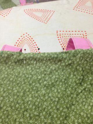 Pin de la estrecha brecha metiendo los bordes crudos por dentro. Presione ligeramente la parte superior de la bolsa y luego coser una costura estrecha alrededor de la parte superior si el pespunte al comienzo y final.