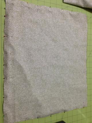 Con los lados derecho frente al otro y fijar ambos lados y parte inferior juntos. Y a partir de la parte superior de uno de los lados coser, pespuntes al inicio y final, coser alrededor girar en las esquinas.