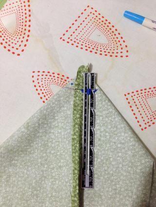 Pin costura inferior de la bolsa con una costura lateral creando un triángulo. Para asegurarse de que's even put a pin through the top seam & if it comes out the seam on the other side you are good. Measure 1/2 in & mark it.