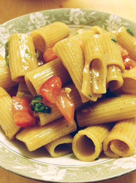Cómo hacer Súper Fácil tomate y albahaca Ensalada de pasta (vegano) Receta