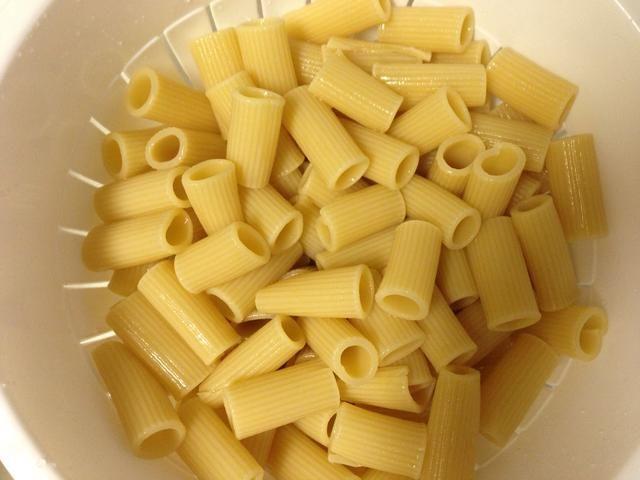 Cuando se hace la pasta, escurrir y enjuagar con agua fría hasta que la pasta se enfría. (Este es un plato frío)