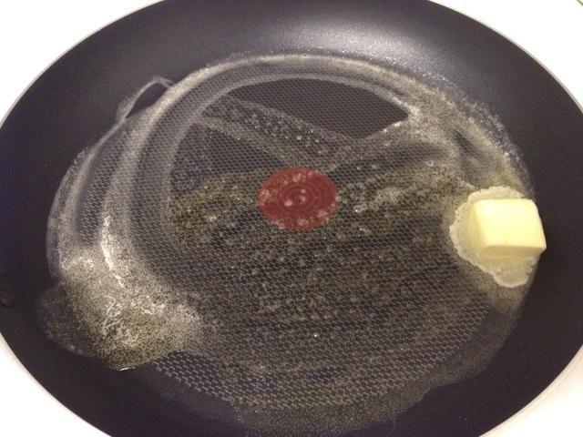 Derretir la mantequilla a su en una sartén grande a fuego medio. Añadir la cebolla y aceite de oliva y cocine por unos minutos para que la cebolla se vuelve tierna.