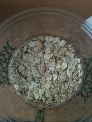 En un bol, agregar 1/3 taza de avena. Usé un instante con sabor bueno, pero sencillo es igual de bien.