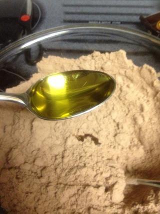 Añadir 2 cucharadas de aceite. He utilizado el aceite de oliva. Lo tenía en la mano, y tiene algunas cualidades saludables.