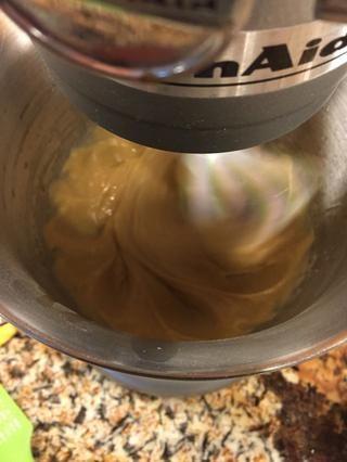 Batir los huevos y extractos.