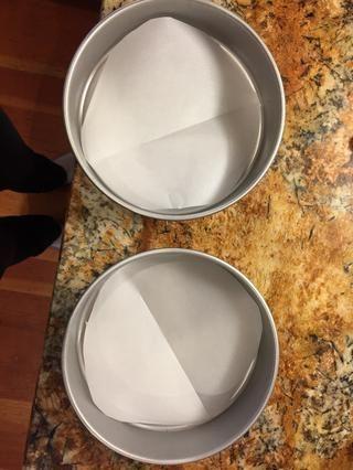 Sartenes Línea para hornear con papel pergamino y rociar con spray no cocinar palo.