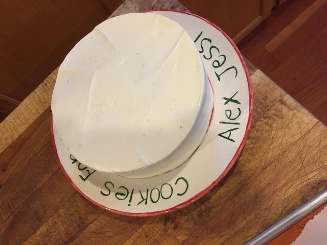 Construir capa de pastel por capa, usando su glaseado favorito. Acabo de utilizar crema de mantequilla suizo! :)