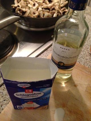 Estos son nuestra ingrediences clave: crema y vino blanco. Recuerde que se pone mejor, cuanto más se agrega!