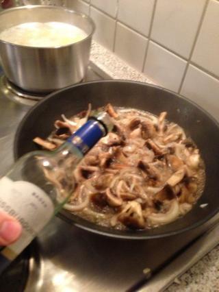 Añadir el vino y dejar reducir un poco