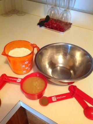 Mida la mezcla para panqueques completa, salsa de manzana y canela.
