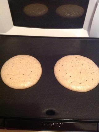Cocine en un lado durante 2-4 minutos. En este momento debería ver bolsas de aire abiertas formando en sus panqueques. Ahora's time to flip!