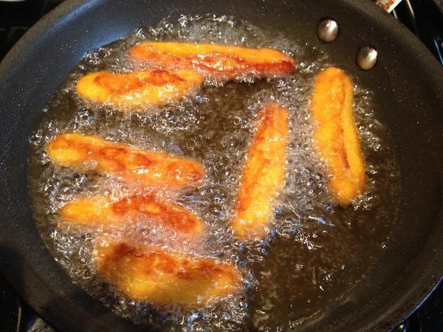 Freír hasta que estén doradas.
