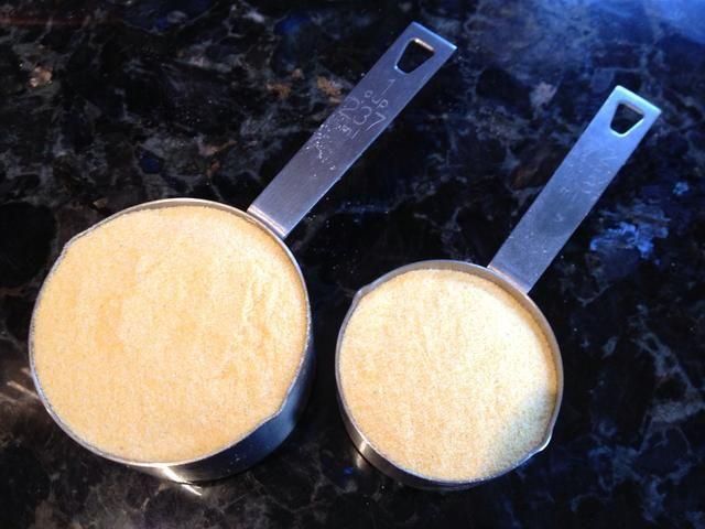 Poco a poco agregue 1 1/2 taza de harina de maíz fina Goya.